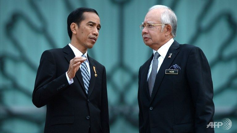 Indonesia's President Joko Widodo (L) and Malaysian Prime Minister Najib Razak (R) talk to each other prior to their meeting at the Prime Minister's office in Putrajaya, outside Kuala Lumpur on Feb 6, 2015. (Photo: AFP/MOHD RASFAN)