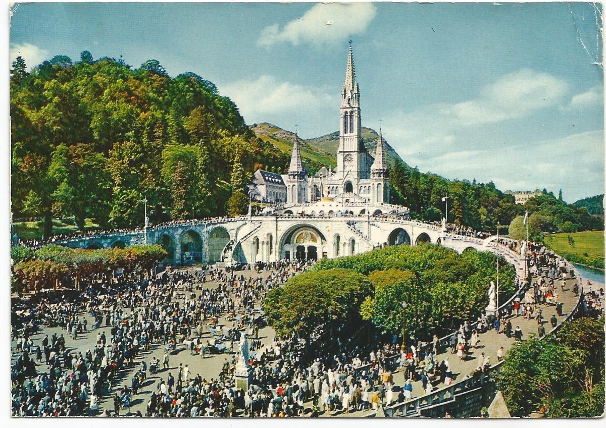 Lourdes... La Basilique et l'Esplanade... Ed. A. Doucet... Carte envoyée de Lourdes pour Maisons-Laffitte le 10 août 1972 .