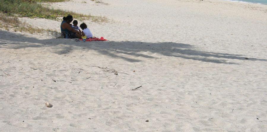 """partout ailleurs, les grandes """"auberges"""" à touristes et leurs plages privées"""
