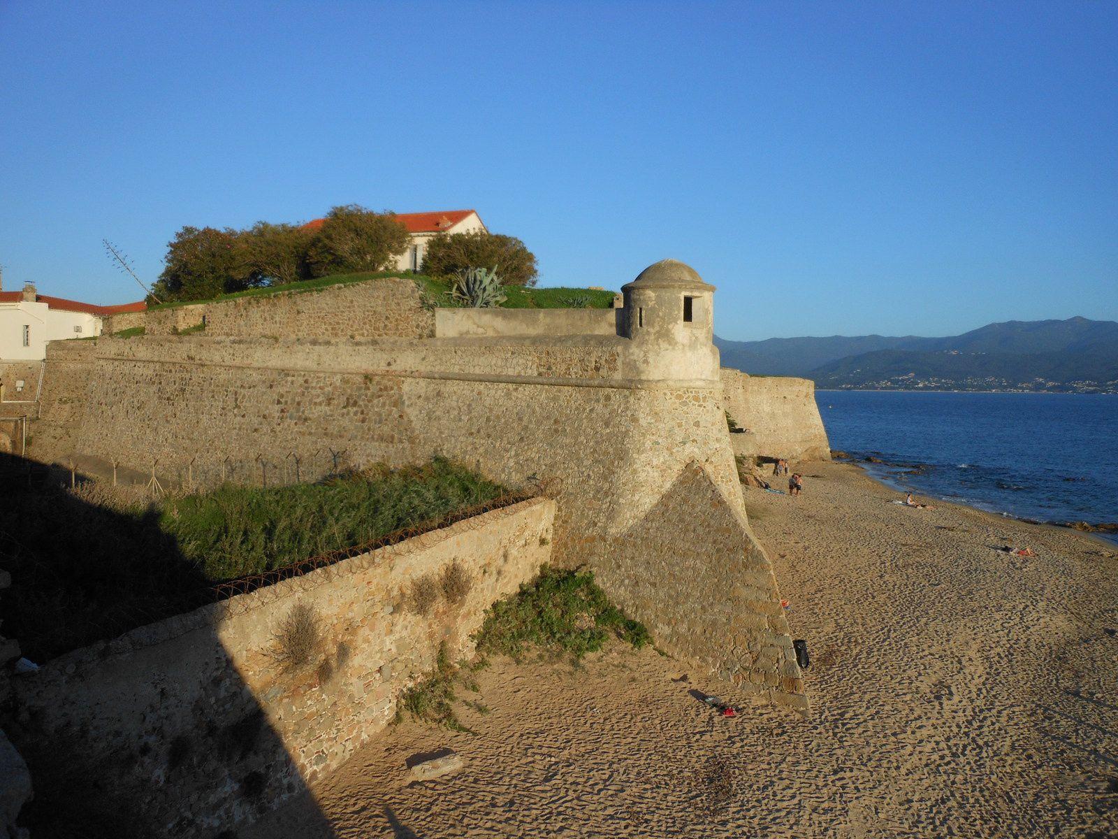 Bord de mer à Ajaccio devant le casino et la citadelle