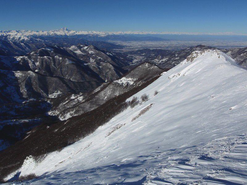 Je sais, le Viso et toutes les Alpes en enfilades, on ne s'en lasse pas. Mais regardez un peu plus bas et .... horreur, une gigantesque plaque avait déjà ravagé tout le versant N/Ouest du Vecchio. Il y a eu du vent... méfiance.
