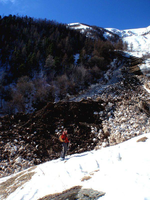 En arrivant au Chastel on peut voir une avalanche de fond qui arrive juste à coté du hameau des Villars.