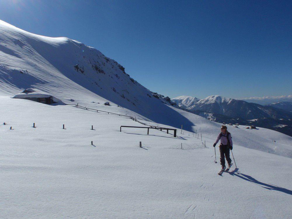 Les bergeries de l'Estrop quasiment disparus sous la neige.