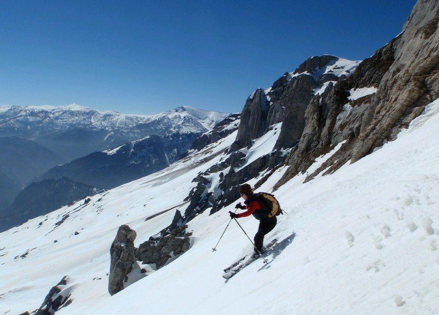 La descente du Mongioie par la Bocchin delle Scaglie est tout simplement démente : un couloir traversant les barres de calcaire du versant sud.