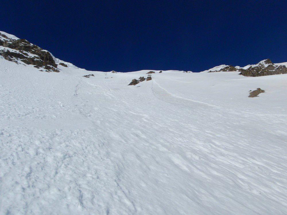 La pente déjà parcourue, les virages ne marquent pas la neige encore assez dure ce matin.