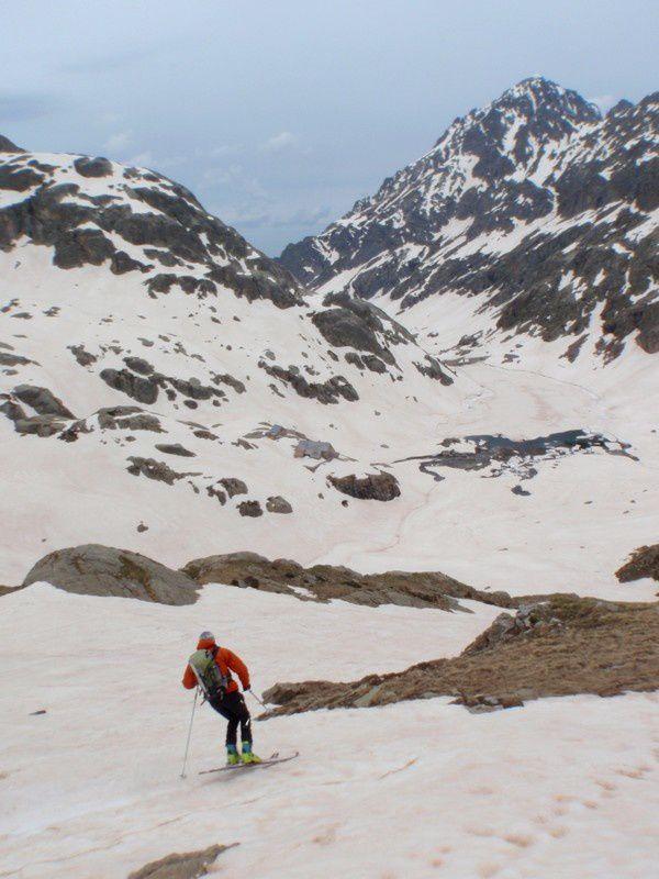 Il reste encore de la neige de bonne qualité pour skier dans toutes les directions autour du refuge de Nice.