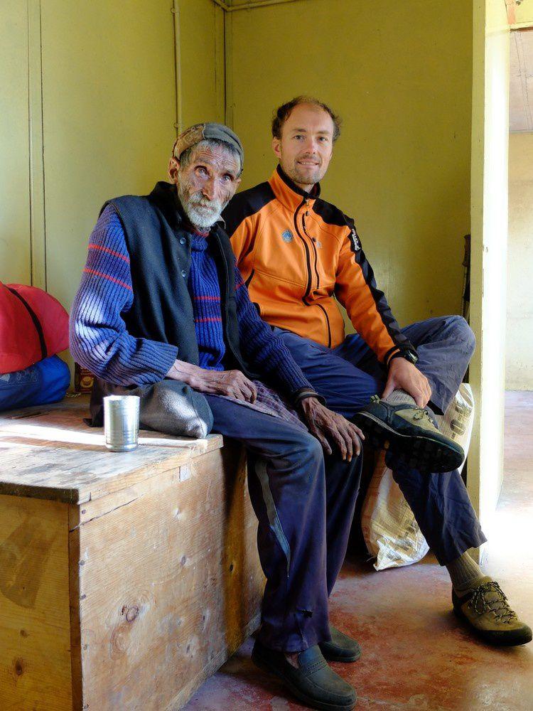 L'ancêtre du village de Gangi vient nous rendre visite comme pour nous dire que la balade est finie là! Au delà, aucun porteur ne viendra avec nous et une énorme crue en juin 2013 a emporté tout le sentier qui est devenu scabreux.