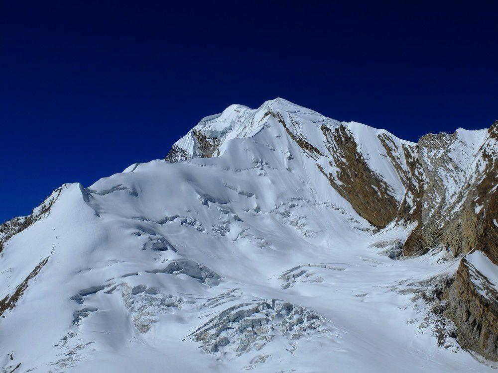 Le versant Nord/Est du Jaolin 6500m en face de nous: l'arête Est à l'air faisable.