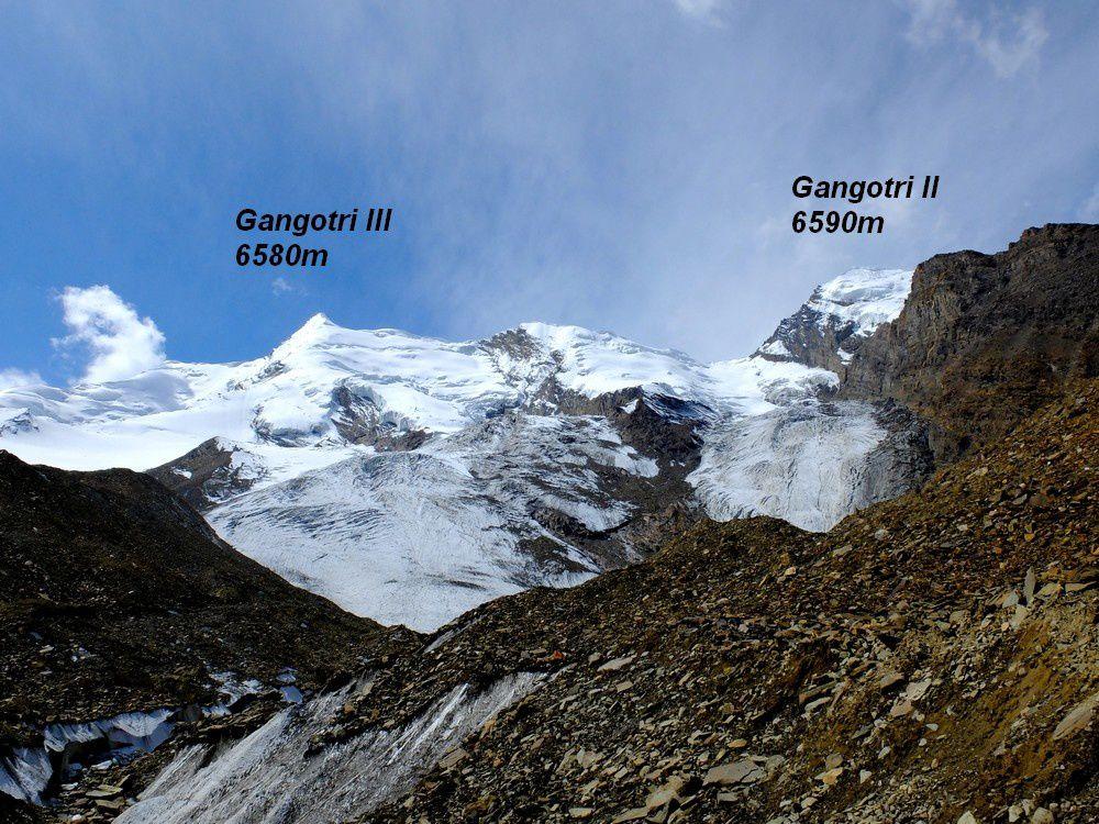 La descente est éprouvante car il faut traverser 3 glaciers couverts de bloc rocheux descendant des Gangotri III, Gangotri II puis Gangotri I. Ce sont tous de beaux sommets glacières qui ont l'air accessible à une petite expédition légère venant de la vallée proche de Gangotri.