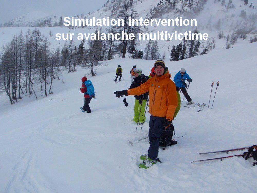Simon Ribel indique la zone de l'avalanche pendant que les stagières s'activent pour trouver, sonder et dégager le plus vite possible les victimes.