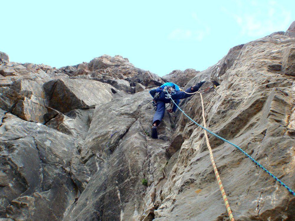 Au début de l'escalade, dans le socle de grès, en polaire au mois d'aout. Et on ne va pas la quitter de la journée même au soleil!!