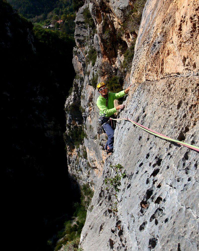 Très beau rocher perché au dessus d'une gorge. La voie contourne les toits de la falaise. Malheureusement il faut tirer ponctuellement au clou pour franchir les passages indiqués en A0. Un crochet goutte d'eau est utile car ces passages ne sont pas évidents.