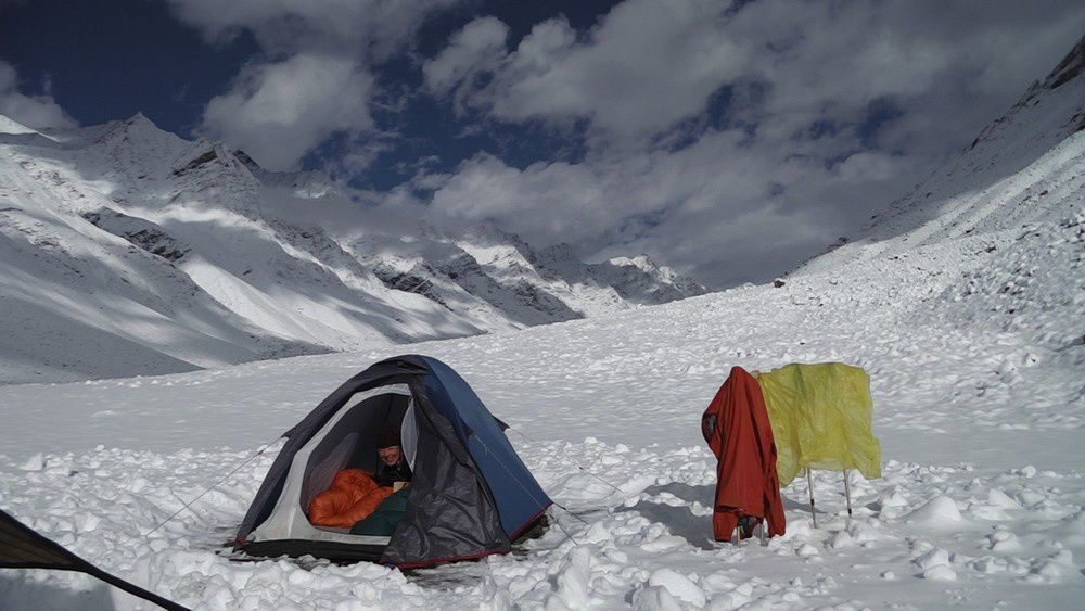Le même camp de base après une chute de neige, pour nous rappeller que l'on est en altitude.