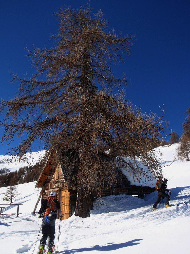 Une cabane au milieu des champs de neige : une invitation à une pause méritée