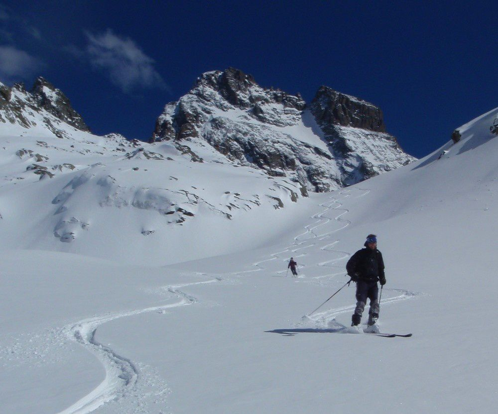 surprise dans la descente sur le refuge du Viso: nous trouvons une petite couche de fraiche très agréable à skier.
