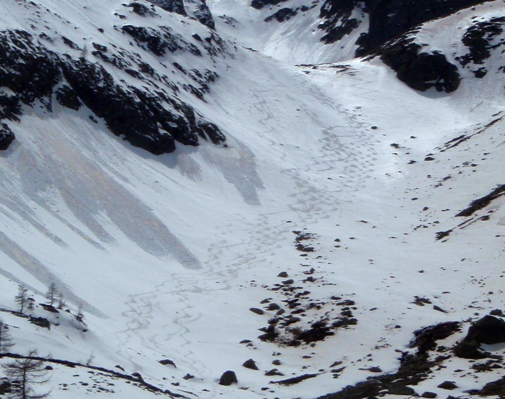 Probablement les dernières traces de la saison dans ce vallon déjà complétement délaissés des skieurs début mai 2016. A l'année prochaine sur les planches.