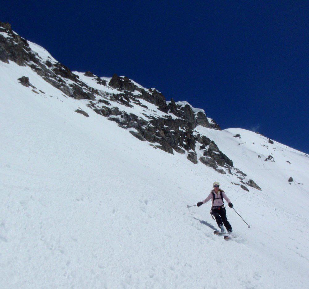 Après un peu de cramponnage sous le col pour trouver les pentes déjà revenues par le soleil, nous voila en ski dans le couloir sud-Est du Say
