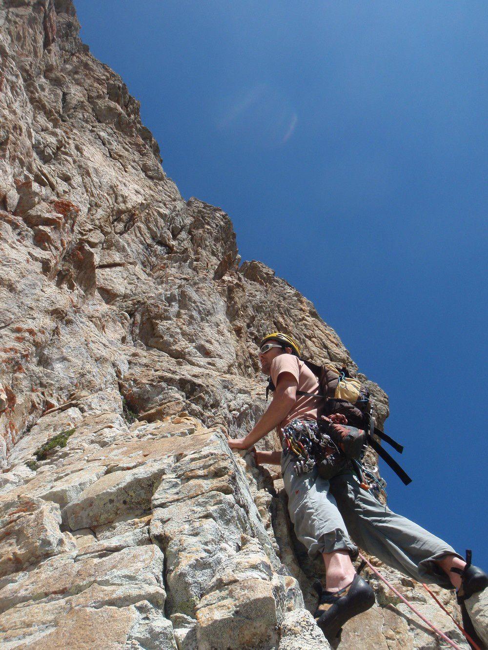 Au pied de la face Est du Colomb: le départ de l'aventure dans la quartzite.