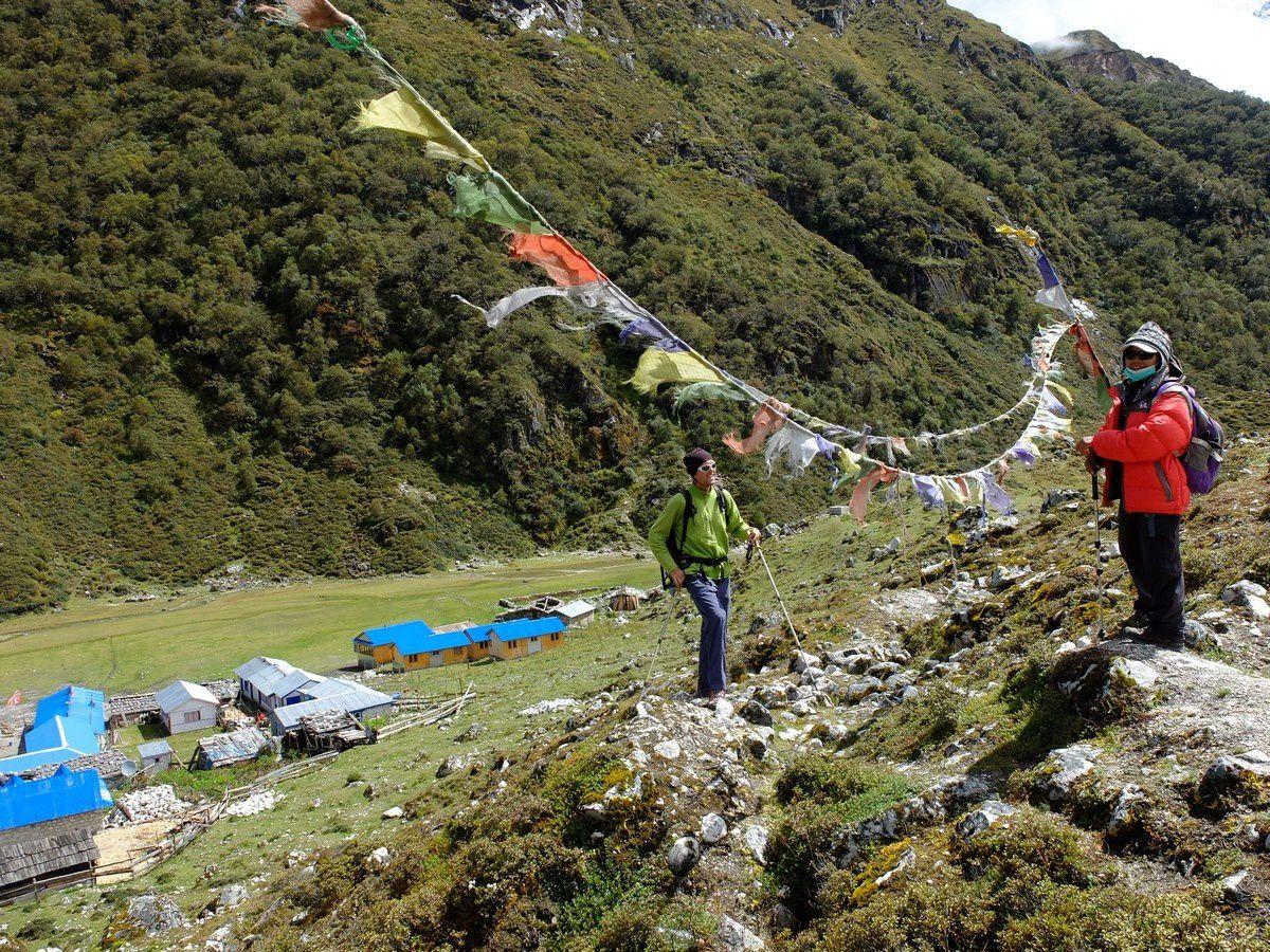 Le Village de Bimtang est un alpage à 3700m d'altitude habité seulement une partie de l'année par les locaux. Plusieurs lodges accueillent les trekkeurs qui font le tour du Manaslu. Tous les groupes ne font que passer ici pour traverser le Larke La et nous étions les seuls à rester plusieurs semaines dans la vallée.