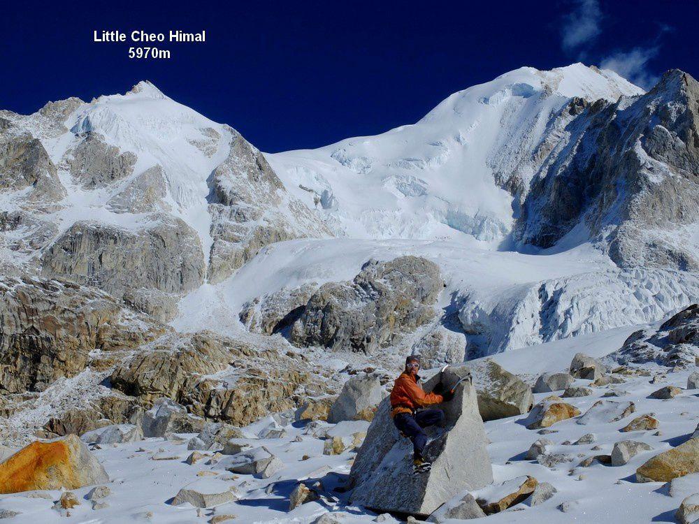 Nous optons pour le Cheo Himal en versant Sud Est du col : le vent violent a l'air d'avoir soufflé un peu la neige sur ce versant.