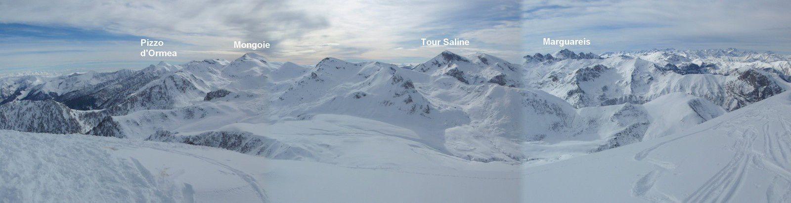 Tout le massif des Alpes Ligures sous le manteau blanc pour une journée de neige rêvée.
