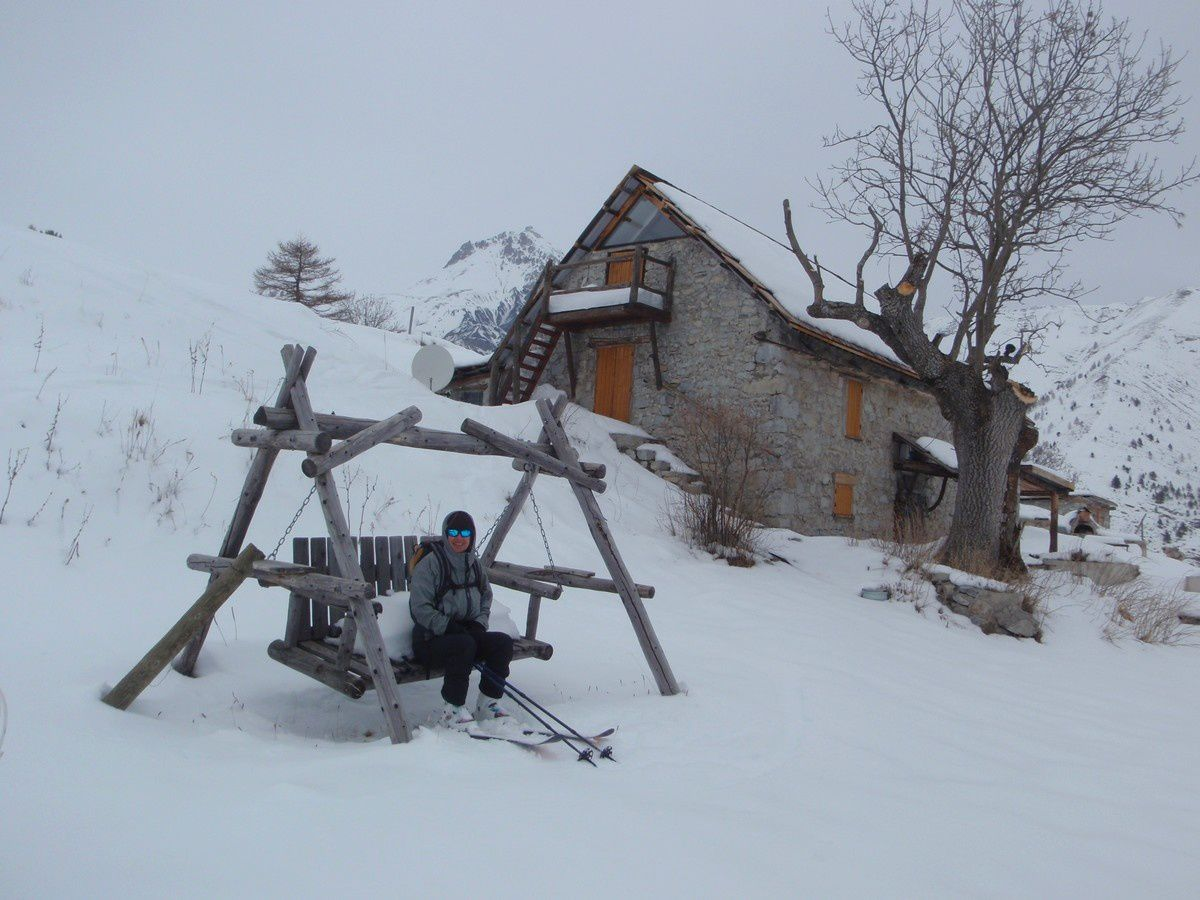 Mumu préfère la balançoire ou le ski?