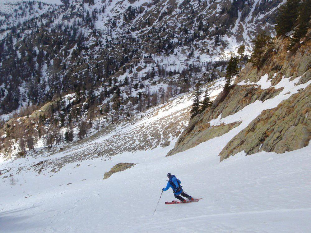 Skieur descendant sur le nid douillet du refuge de Cougourde où Charly nous réserve toujours un accueil de rois.