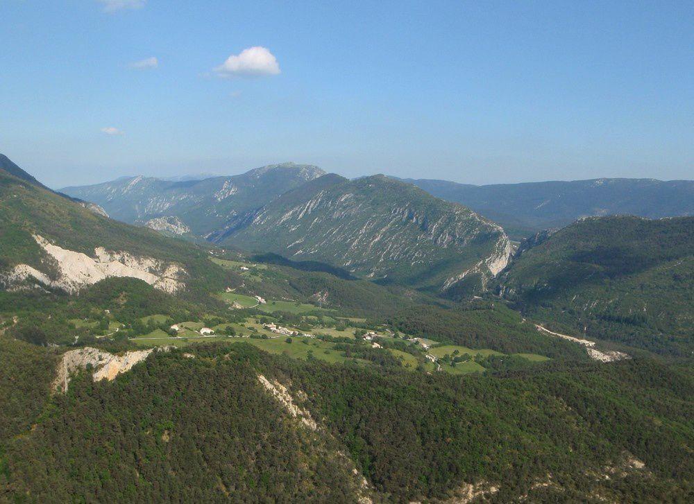 La vue sur Briançonnais et le canyon de St Auban est superbe depuis la falaise.