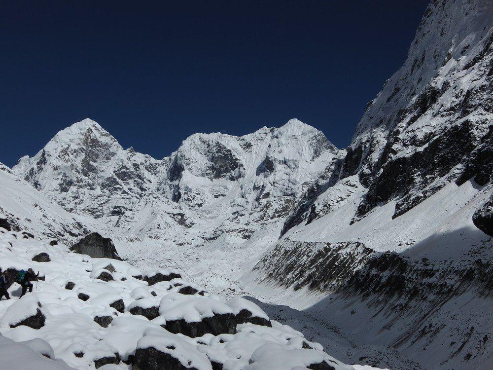 Nous montons au pied du Tsoboje pour nous accilmater et attendre que la neige se tasse un peu. Les montagnes sont splendides et très chargées de neige fraiche.