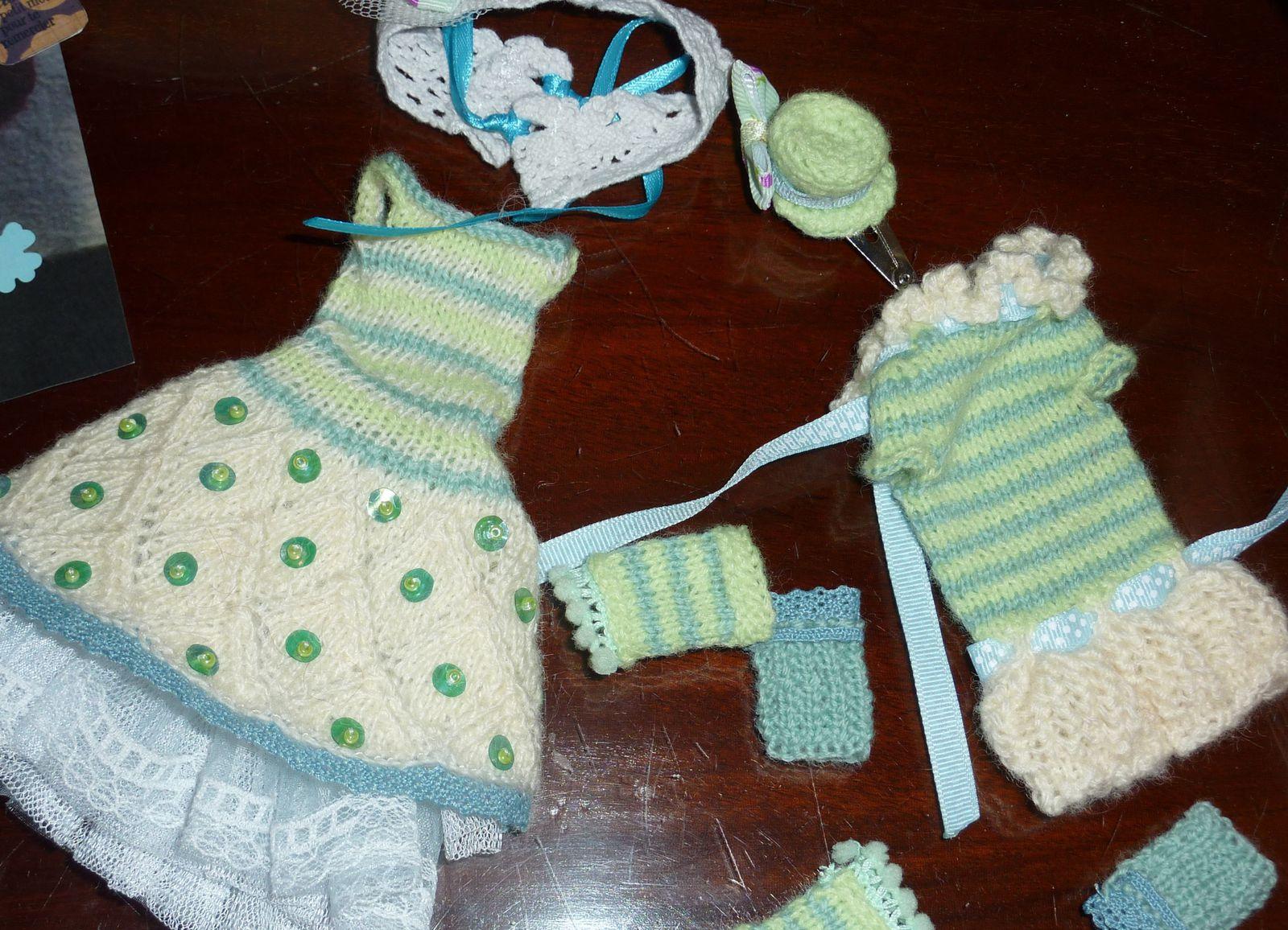 Jolies tenues pour les poupées... essayages à prévoir un jour plus tranquille qu'un mercredi de folie ordinaire &#x3B;-)