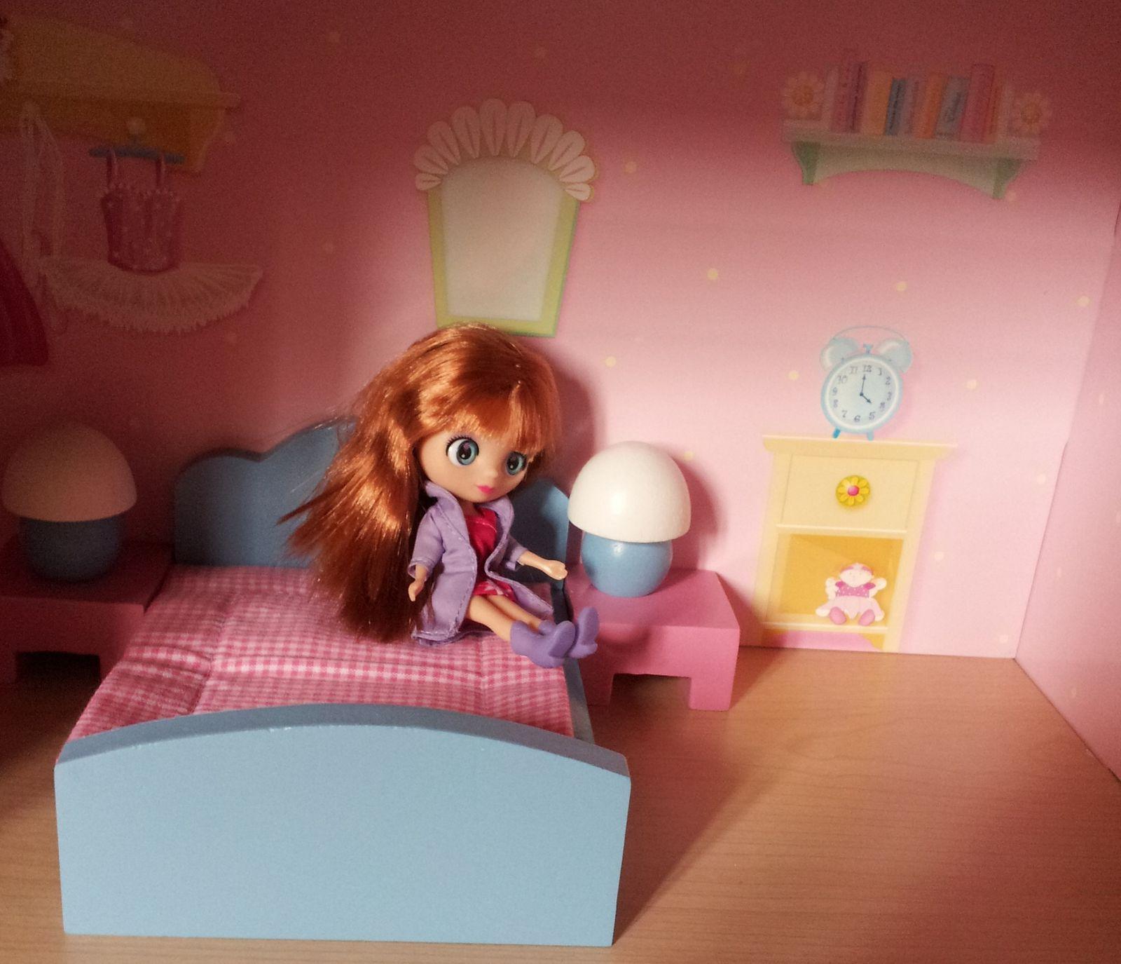 Et dans la chambre... on pourrait rajouter quelques meubles ! C'est vrai quoi, il faut pouvoir loger les copines !