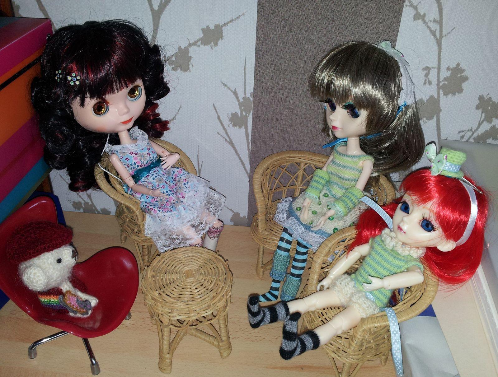 Rotin garanti vintage : j'ai retrouvé l'ensemble dans les meubles de ma maison de Barbie.