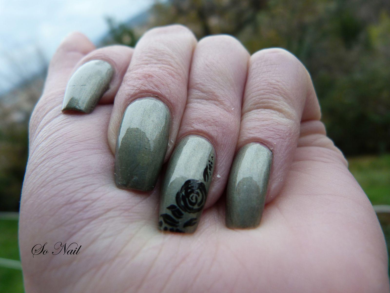Vernis : Des roses noires