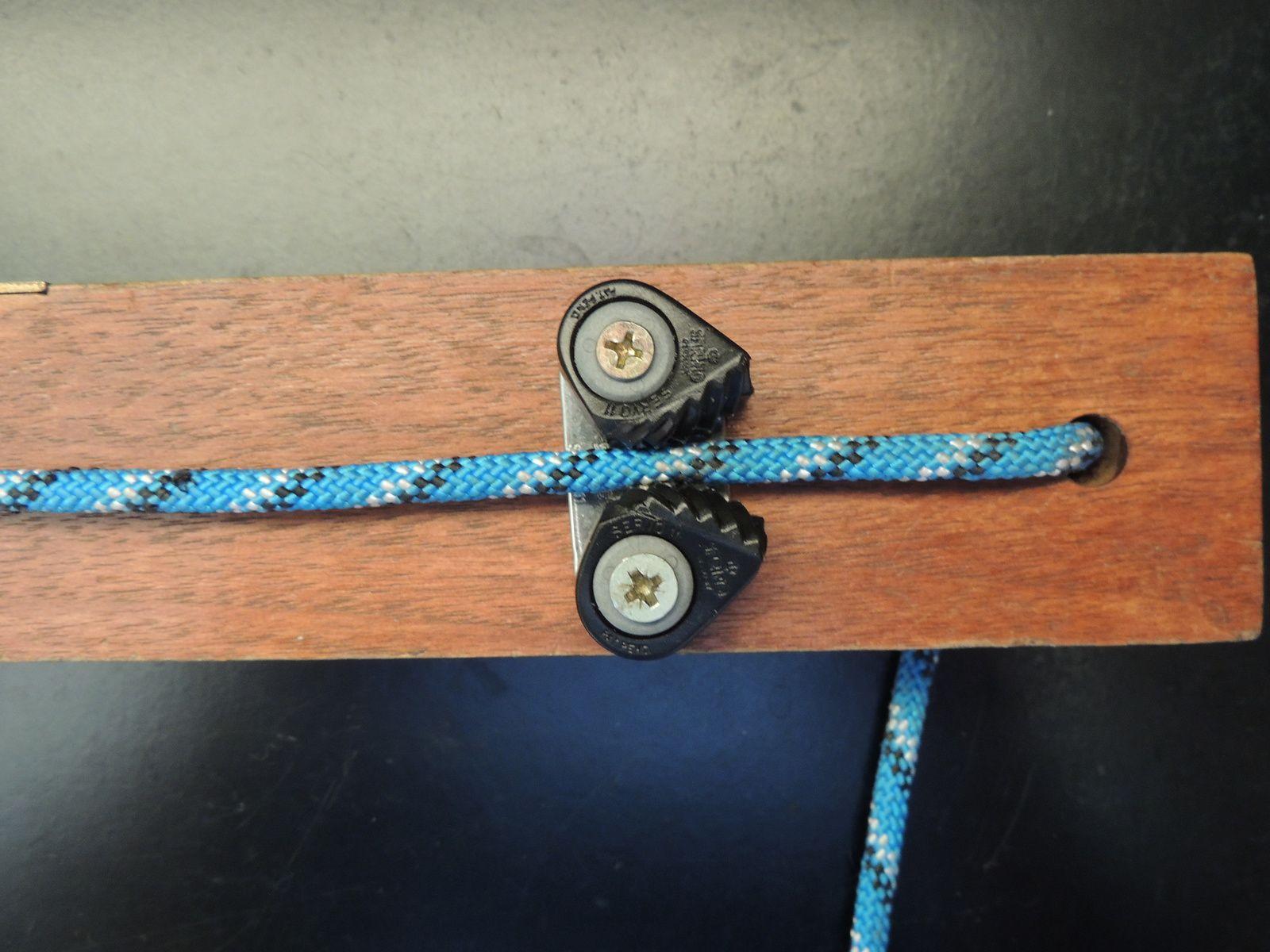 Détail du taquet coinceur fixé sur le niveau. Techniques d'élevage 2014. Image soumise à droits d'auteur