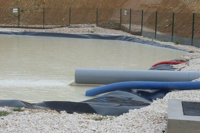 Récupération de l'eau de pluie et bassin de rétention totalement rempli.