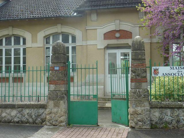 La maison des associations et les deux classes prêtes pour la rentrée (aux enseignants à déballer leurs cartons).