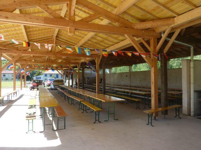 Voici le préau double. Il peut accueillir sans problème 300 personnes à table et à l'abri de la pluie ou du soleil.