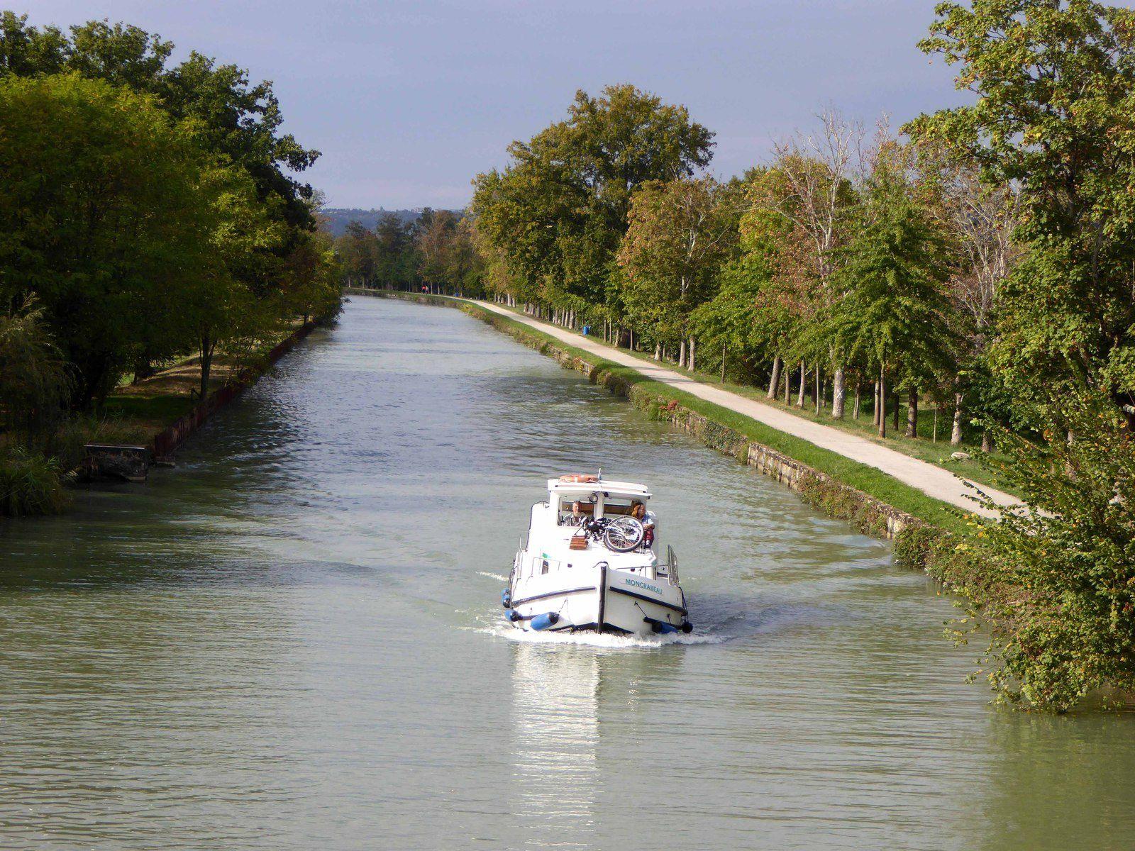 Sur le canal des deux mers, entre ponts et écluses