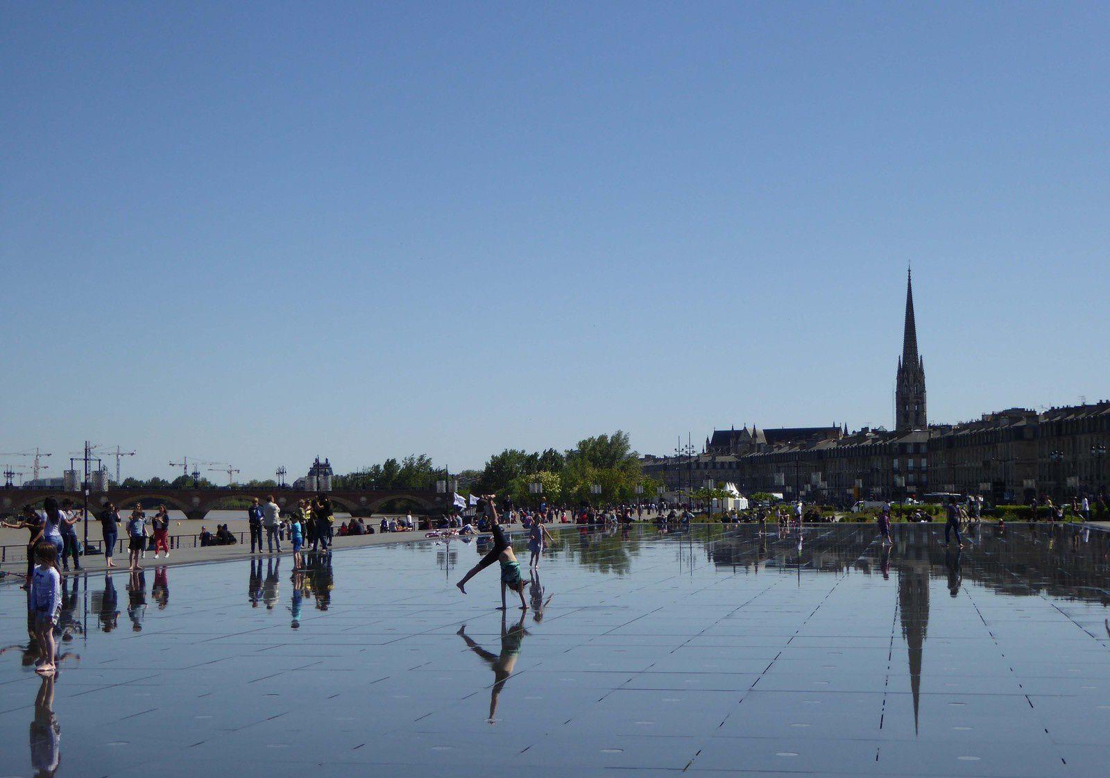 Bordeaux 4 . Le miroir d'eau favorise toutes les acrobaties