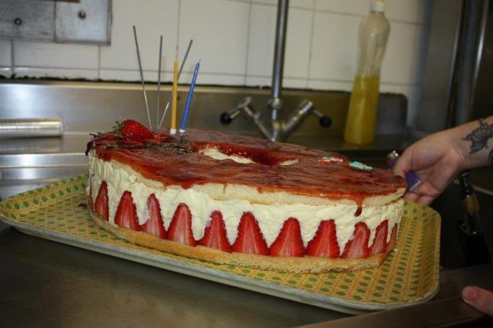 fraisier - j'avais pousser le vice à fabriquer mon moule en cartons et aluminium.