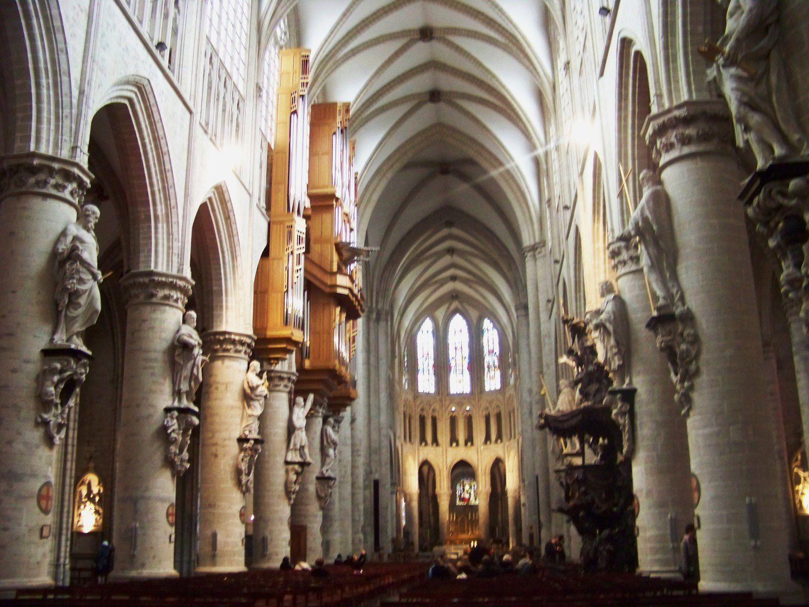 Duvel et Gueuze ; devanture maison du chiffonnier;nef de la cathédrale ; la Maison du Roi avec l'hôtel de ville