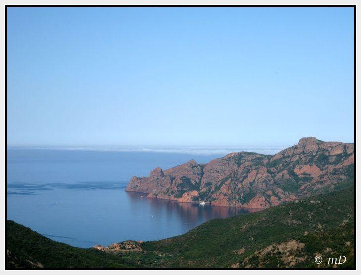 On peut voir les roches en porphyre rouge se mêler au vert du maquis et au bleu du ciel et de la mer...