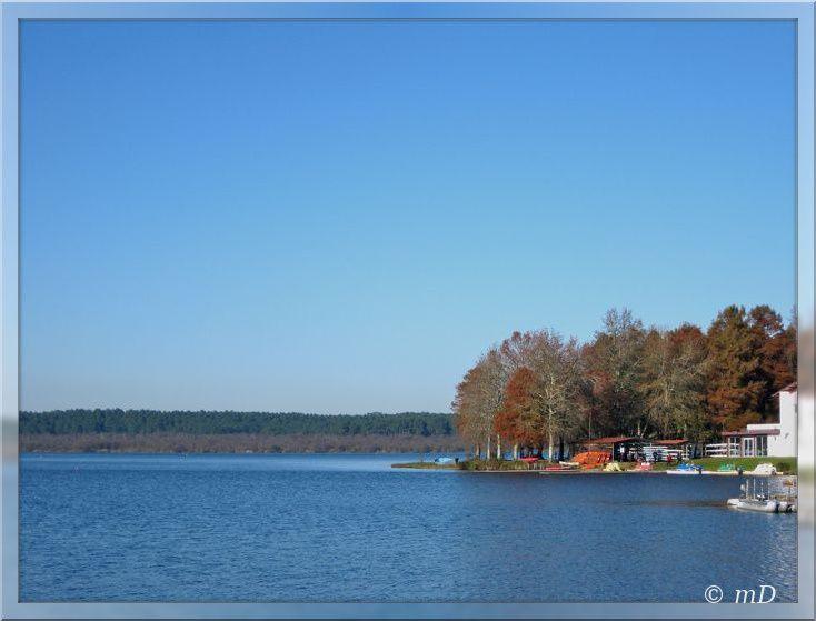 Le centre nautique, un chemin fait le tour du lac .