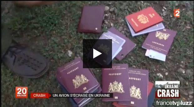 """Dans la série """"les journaleux continuent à nous prendre pour des cons"""" Je vous présente les passeports intacts des victimes du crash en Ukraine. Les américains avaient au moins pris le soin d'en brûler un légèrement, pour faire plus réel, le 11 Septembre 2001......."""