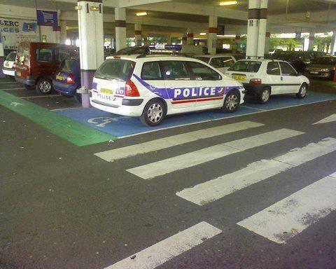Grave ! Policier handicapé du cerveau.