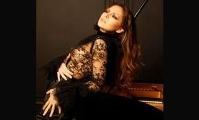 "On comprend pourquoi Lola ASTANOVA a choisi le piano... ""à queue""."