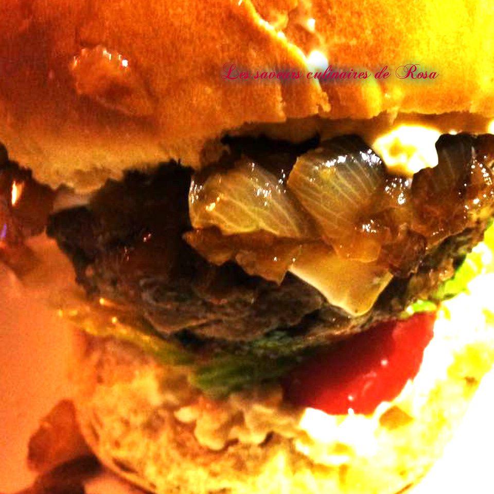 Hamburger maison avec l'oigon caramélisé