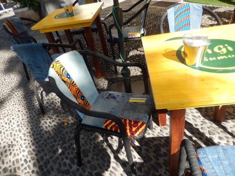 recyclade de jean's à la terrasse d'un café