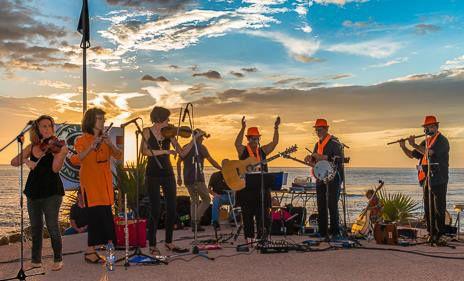 Sunset avec GANAINM,  rayon vert assuré!  De 18h00 à 21h30  sur l'esplanade des Roches Noires  à St Gilles les bains   le samedi 19 Décembre 2015  Concert + Ceili ( bal Irlandais)  musiques, chants et danses d'Irlande.