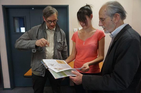 Camille reçoit de la part de Jacques Chavanon (à gauche) et de Jean Rogier (à droite) la clé du musée, pour preuve de leur reconnaissance pour tout ce beau travail fait ensemble. Photo d'équipe, quelques membres du conseil d'Administration et les salariées de Carrefour des Sciences et des Arts et les bénévoles de La Planète des Moulins.